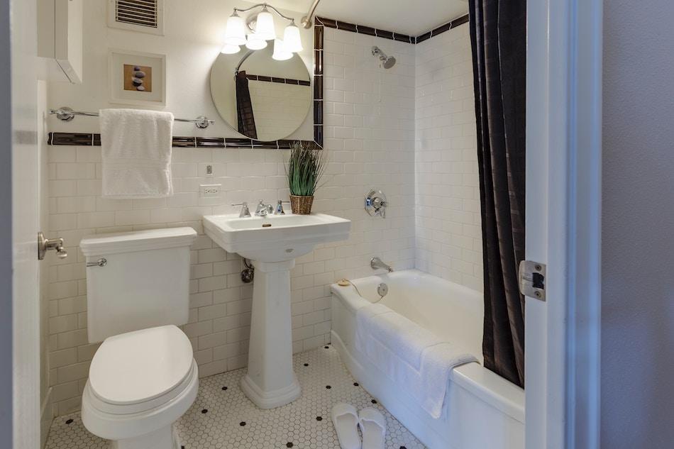 Salle de bain alimentée par un chauffe-bain gaz